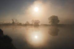 Nevelige ochtend bij het meer Stock Foto's