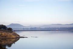 Nevelige ochtend bij het overzees in Tasmanige Stock Foto