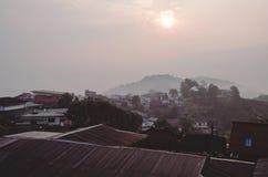 Nevelige ochtend bij slaperig Thais dorp royalty-vrije stock afbeelding