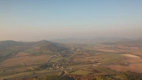 Nevelige ochtend in Centraal Boheems Hoogland, Tsjechische Republiek stock footage