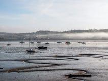 Nevelige ochtend at low tide op het Tamar-estuarium, op de Devon en Cornwall grens, het UK stock fotografie
