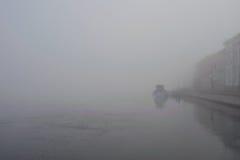 Nevelige ochtend op de rivier Neva Russia St Petersburg Stock Foto