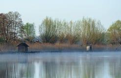 Nevelige ochtend op een Jeskovo-meer Royalty-vrije Stock Afbeelding