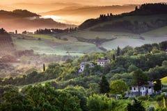 Nevelige ochtend in Toscanië Stock Afbeeldingen