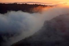 Nevelige ochtend van heuvelig gebied met straal van licht. royalty-vrije stock foto's