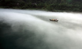 Nevelige ochtend vissersboot Stock Foto