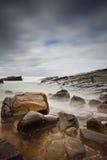Nevelige overzees en rotsen stock afbeelding