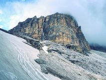 Nevelige piek van Sasso Di Landro, massieve Tre Cime di Lavaredo-rotsen, Stock Afbeelding