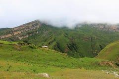 Nevelige pieken van de mooie bergen Stock Fotografie