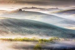 Nevelige vallei van Toscanië bij ochtend Royalty-vrije Stock Foto