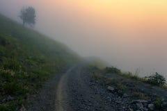 Nevelige zonsondergang van Elbrus stock fotografie