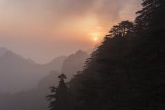 Nevelige zonsopgang in Huangshan-bergen Stock Fotografie