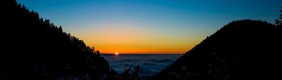 Nevelige zonsopgang op een berg royalty-vrije stock afbeeldingen