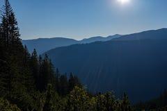 nevelige zonsopgang in Slowaakse Tatra-bergen met lichte stegen in F royalty-vrije stock afbeelding