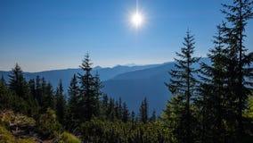 nevelige zonsopgang in Slowaakse Tatra-bergen met lichte stegen in F stock foto