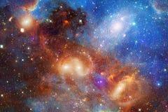 Nevels en sterren in kosmische ruimte, het gloeien geheimzinnig heelal royalty-vrije illustratie