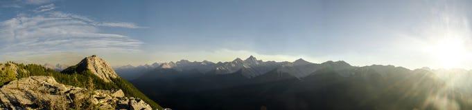 Neverending bergskedja bredvid den Banff gondolen i Rocky Mountains royaltyfri fotografi