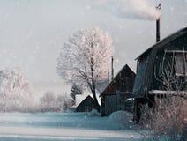 Nevicando nell'inverno di Natale nel villaggio Immagini Stock Libere da Diritti