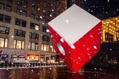 Nevicando sul cubo rosso Immagini Stock Libere da Diritti