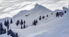 Nevicare-nella capanna della montagna ed in ombra della montagna La Baviera, Germania, alpi Fotografie Stock