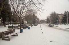 Nevichi nel quadrato centrale di Pomorie in Bulgaria Immagine Stock