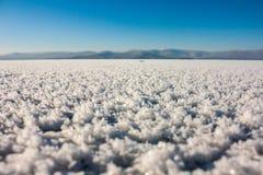 Nevichi sul ghiaccio di un lago congelato Fotografia Stock