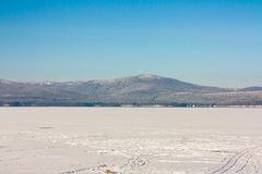 Nevichi sul ghiaccio di un lago congelato Immagine Stock