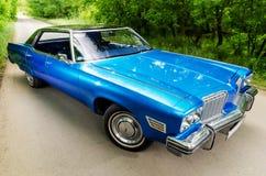 NEVINOMYSSC,俄罗斯- 2016年5月13日:汽车 老美国汽车不合规则的摄影  Oldsmobile 98个1974s 设备 库存照片