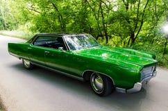 NEVINOMYSSC ROSJA, MAJ, - 13, 2016: Samochody Offsite fotografia starzy Amerykańscy samochody Oldsmobile 98s Maszynowy typ obraz royalty free