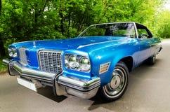 NEVINOMYSSC, RUSSIE - 13 MAI 2016 : Automobiles Photographie hors site de vieilles voitures américaines Oldsmobile 98 1974s Machi Images stock