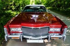 NEVINOMYSSC RYSSLAND - MAJ 13, 2016: Bilar Offsite fotografi av gamla amerikanare Cadillac eldoradocabriolet arkivfoton
