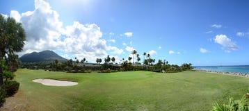 Nevis ragen in den Hintergrund des Golfplatzes empor Stockfoto