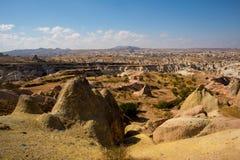 NEVSEHIR-OMRÅDE, CAPPADOCIA, TURKIET: Det härliga höstlandskapet på fält, vaggar och berg På horisonten konturn av royaltyfri bild