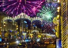 Nevsky aleja w Bożenarodzeniowej dekoraci St Petersburg Rosja i Bożenarodzeniowi fajerwerki zdjęcie stock