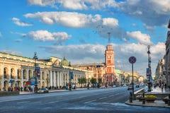 Nevsky Prospekt e a construção vermelha Imagens de Stock