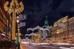 Nevsky utsikt på nattjulbelysning i St Petersbur Royaltyfria Foton
