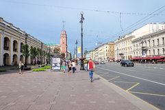 Nevskyvooruitzicht dichtbij Gostiny Dvor in St. Petersburg Stock Afbeeldingen