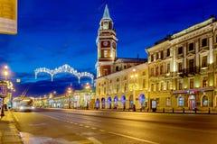 Nevskyvooruitzicht met heilige-Petersburg Stadsdouma voor Kerstmis 2015 wordt verlicht die Royalty-vrije Stock Afbeelding