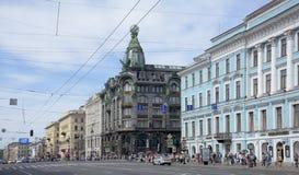 Nevskyweg met het bewegen van op het voetgangers en auto's Royalty-vrije Stock Afbeeldingen