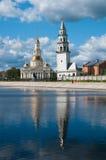 Nevyansk: Падая башня (1732) и церковь Стоковая Фотография RF