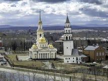 Nevyansk benägenhettorn och ortodoxkyrka royaltyfri fotografi