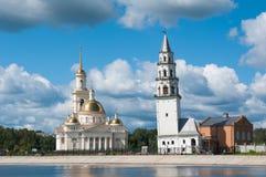 Nevyansk: Dalende toren (1732) en kerk Stock Fotografie