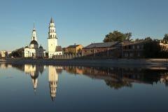 Nevyansk leunende toren en de Kathedraal spaso-Preobrazhensky Nevyansk Het gebied van Sverdlovsk Rusland stock foto
