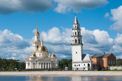 Nevyansk : Tour en baisse (1732) et église Photographie stock