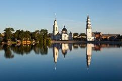 Nevyanskyvijver, Kathedraal spaso-Preobrazhensky en leunende toren Demidov stock foto's