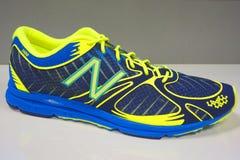 New Balance rinnande sko som framläggas för den New York City maraton i New York Arkivfoto