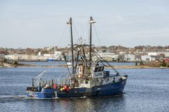 New Bedford Massachusetts, USA - November 9, 2018: Lobsterboat Debbie Ann, välkomnande port halv liter Judith RI, korsning New Be royaltyfria foton