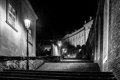 New Castle schodki przy Praga kasztelem nocą, Lesser miasteczko ćwiartka, Praga, republika czech zdjęcie stock