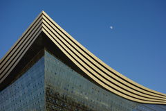 New Century global mitt, Chengdu, Sichuan, Kina mot blåa himlar Royaltyfri Foto