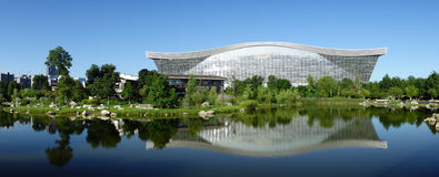 New Century global mitt, Chengdu, Sichuan, Kina mot blåa himlar Royaltyfria Foton